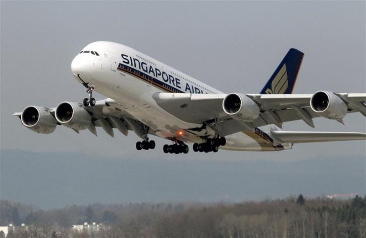 图为新加坡航空公司的空客A380客机从苏黎世的机场起飞(2012年3月